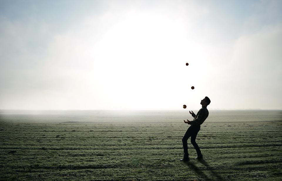 žonglující muž
